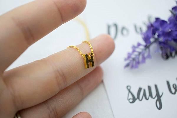 【🎄 黃金英文單字小套鍊】  ● 客戶訂製輕量黃金項鍊 ● %22 Super Mini H %22 ~ H 比小編的指頭還小, 非常適合當鎖骨鍊 ! 💎----------