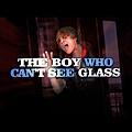 看不到玻璃門的男孩
