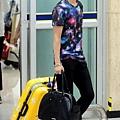 04日本行返國,繽紛的襯衫+亮黃的行李箱,特別惹人注目耶~