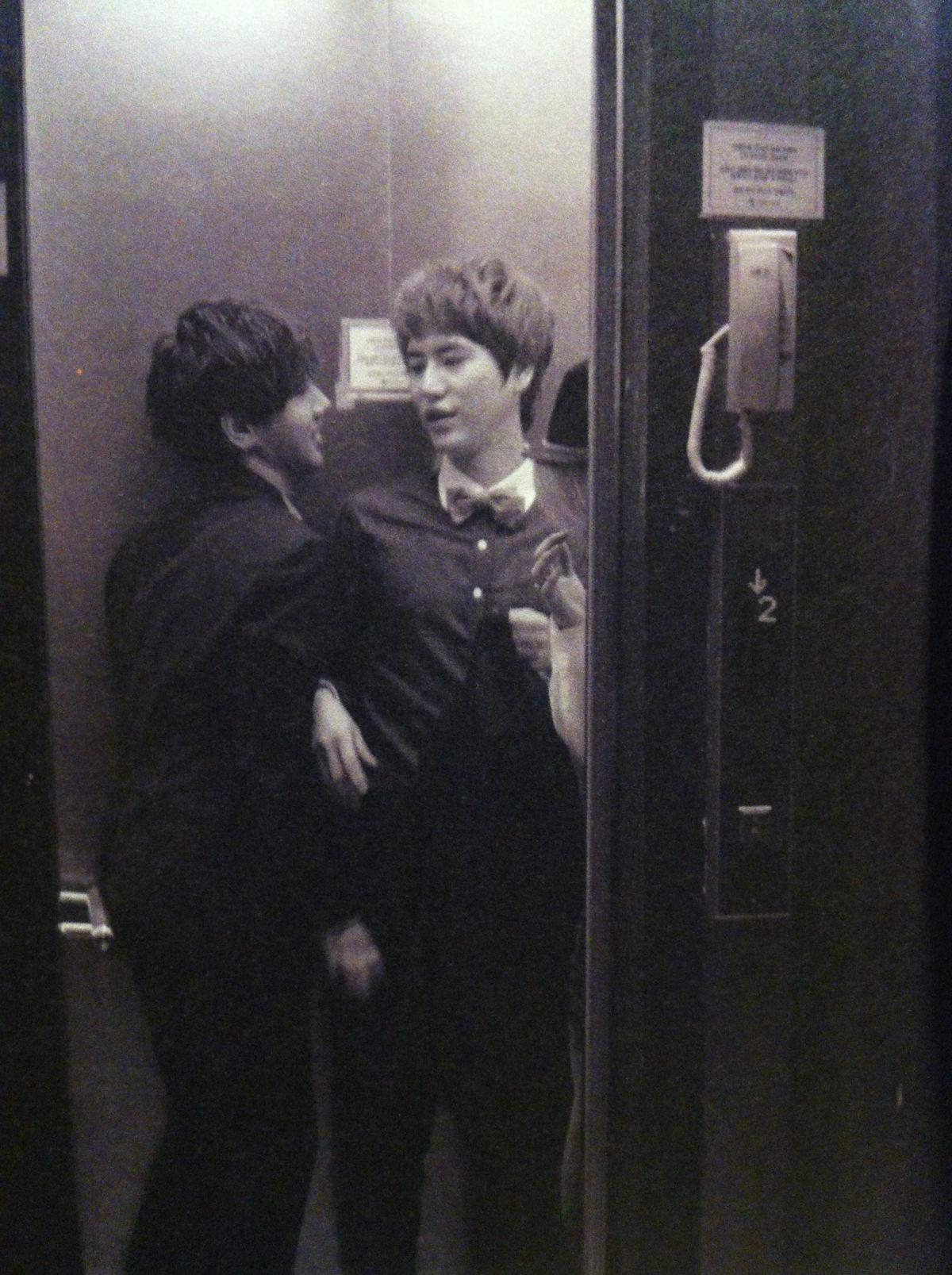 圭賢❤藝聲)) 電梯裡的秘密,噓...
