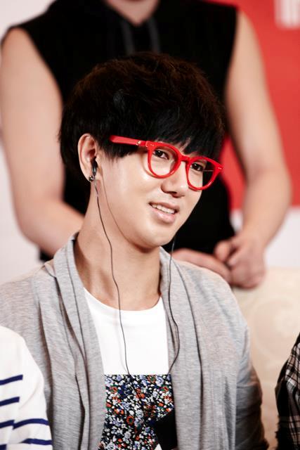 SJ's Super Hangout中,大紅鏡框可是居功厥偉呢!