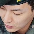 01兒童節特別簽名會-32(朴士兵在訓練中,也不忘打理門面哩^^)
