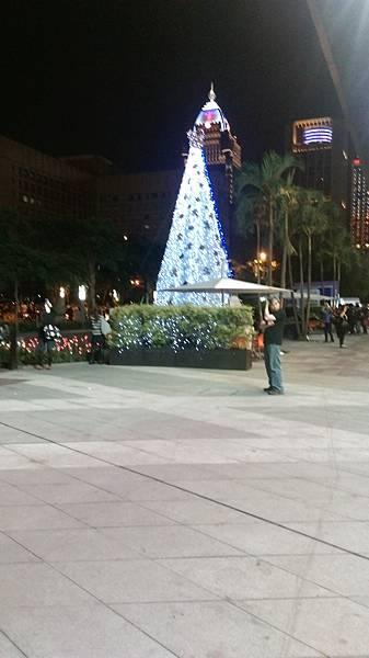 ATT4fun外頭的聖誕樹