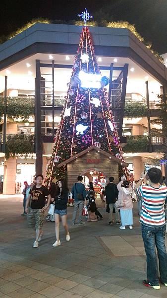 微風松高後面也就是新光三越旁邊的大聖誕樹candy x'mas!