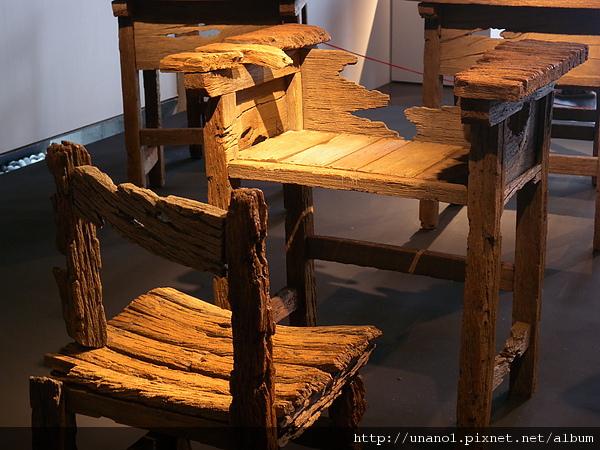 腐爛的課桌椅