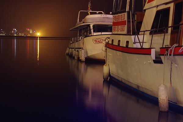 夜間遊艇倒影