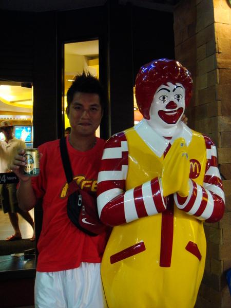"""泰國的麥當勞叔叔也會""""撒哇低咖"""""""