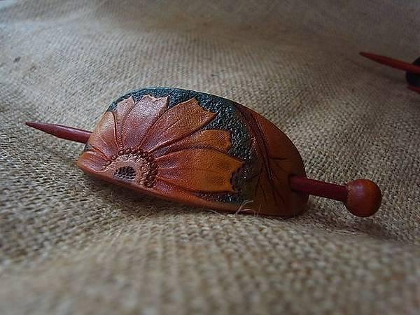 波斯菊皮雕髮簪-HH0104-680-R0017563 [640x480].JPG