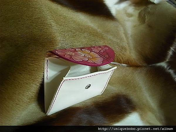 皮雕波斯菊軟皮隨手包-桃紅色-CB0802-1800-R1060524 [640x480].JPG