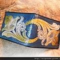 皮雕藝術唐草圖案短夾(藍綠搭黃棕)-CP0601-4800-R1060788 [640x480].JPG
