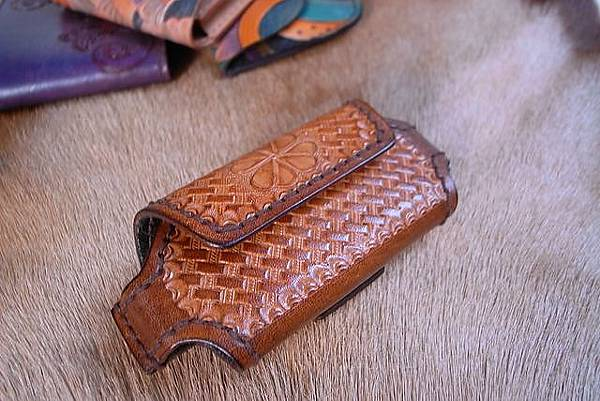 Unique手縫真皮皮雕手機套-竹編紋雕刻-KF0501-1800-_1049342 [640x480].JPG