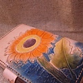 Unique 純手縫真皮皮雕記事本-皮雕萬用手冊-向日葵-HC7101-3600-_0025236 [640x480].jpg