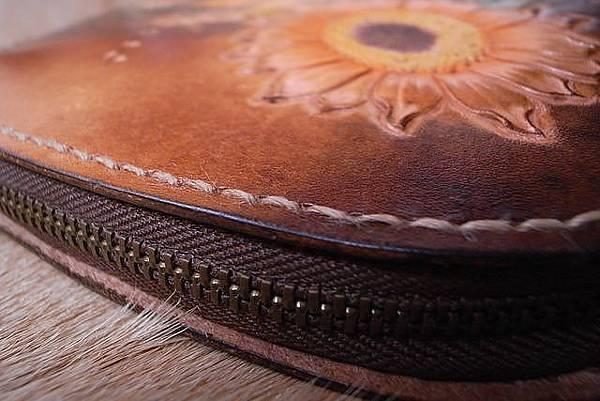 皮雕圖案手拿包-夕陽下的向日葵小錢包-CB0401-1800_1049072 [640x480].JPG