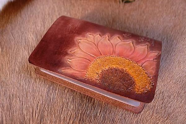 皮雕卡夾-深棕向日葵-CS0201-880_1049275 [640x480].JPG