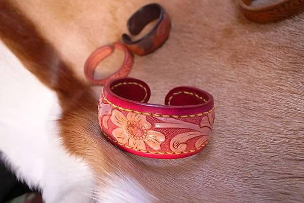 唐草雕刻時尚銅襯手環(玫瑰紅)-HA0301-980-_1049235 [640x480].JPG