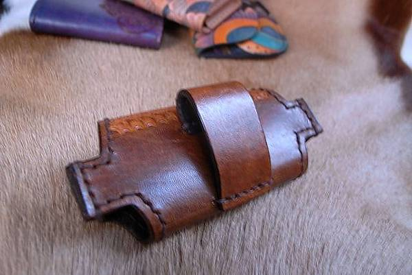 Unique手縫真皮皮雕手機套-竹編紋雕刻-IP0101-1800-_1049346 [640x480].JPG