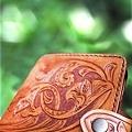 皮雕藝術唐草圖案-皮雕短夾(古銅棕)-CP0201-4800-26112皮夾.jpg