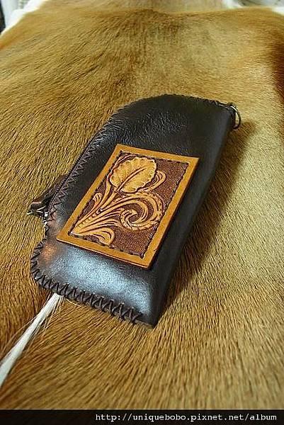 Unique極簡手縫軟皮加唐草皮雕置物小包或手機套-CB0701-1280-R1050125 [640x480].JPG