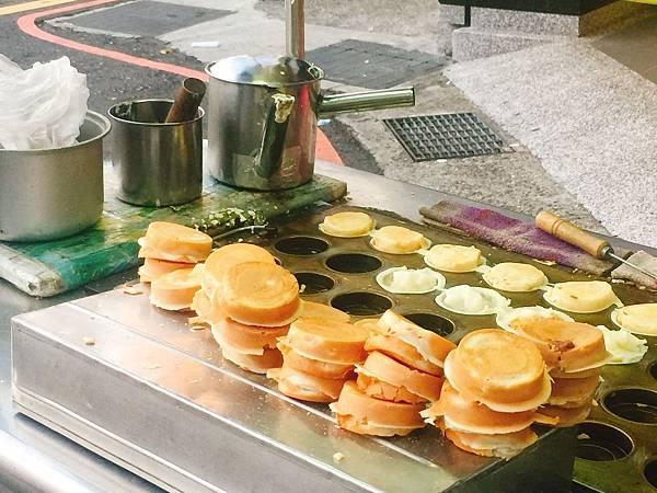 【板橋美食推薦】板橋誠品在地便宜甜點!學生最愛放學後小點心(平價小攤車)─麻糬紅豆餅