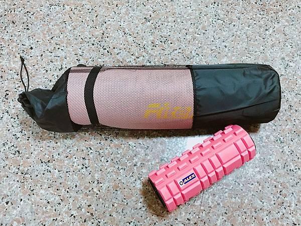 【網購】便宜好用瑜珈墊推薦!瑜珈、核心訓練、平板運動、在家運動必備!加長加厚瑜珈墊開箱–Fitek健身網183cm x 10mm NBR瑜珈墊(附背袋)