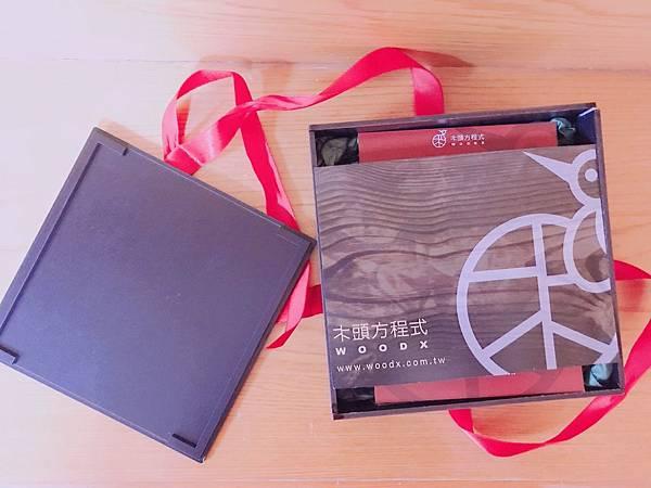 【開箱】今年的七夕情人節禮物來點特別的吧!超精緻客製化音樂盒讓禮物充滿獨一無二專屬感。送禮之外當企業禮品或贈品也很適合喔!–木頭方程式木雕音樂盒