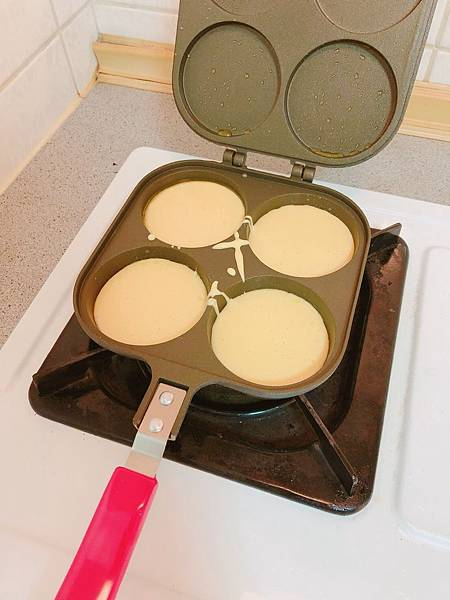 【開箱】自製鬆餅超簡單!日本珍珠金屬不沾雙面車輪餅烤盤。瓦斯爐即可操作的造型模具烤盤。在家就能輕鬆品嚐夜市小點心。輕巧不沾使用方便還能親子同樂DIY - 車輪餅不沾雙面烤盤(銀灰色)