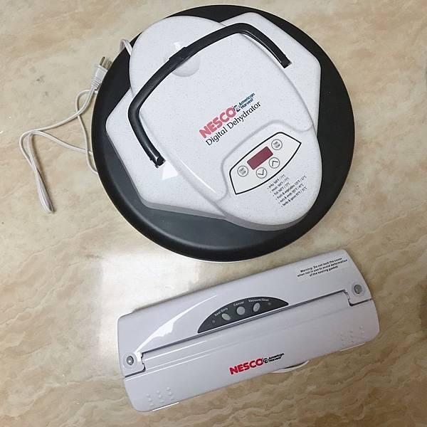 【開箱】食物乾燥機推薦!健康果乾DIY。NESCO乾燥機輕鬆在家自製果乾和副食品。搭配NESCO真空機(家用真空機)真空保存好新鮮!-倍仕特天然食物乾燥機FD-77DT&真空包裝機VS-01