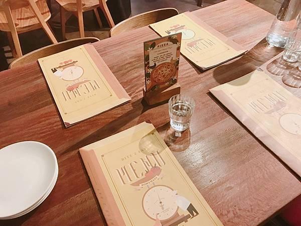 【高雄美食】高雄苓雅美食 / 捷運三多站美食。經典義式餐廳與好吃的薄脆皮披薩(必點美味:佛卡夏和炸雞翅)-薄多義義式手工披薩(文衡店)