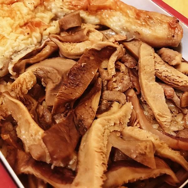 【開箱】台北老字號彌月油飯。秉持傳統古法手工製作。超氣派大雞腿&滿滿配料好澎湃。孕婦還可免費試吃!-吉贊油飯