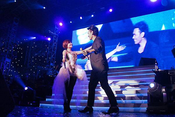梁靜茹和楊宗緯台上熱情擁抱