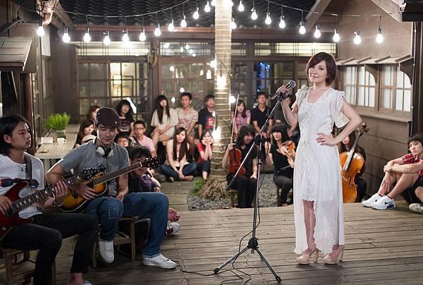 梁靜茹穿古董蕾絲衣在宜蘭開唱