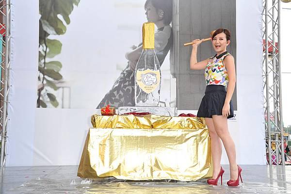 梁靜茹準備敲破香檳王冰雕