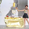 準備敲破香檳王冰雕的梁靜茹很興奮
