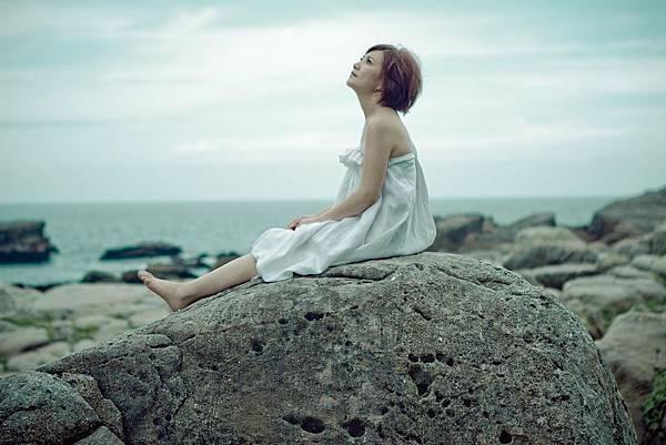 梁靜茹在龍洞海邊拍照好似希臘女神般唯美
