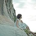 梁靜茹頂著艷陽到龍洞海邊拍凝望表情