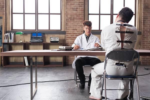 潘瑋柏[24個比利]披上醫師袍變身精神科醫生