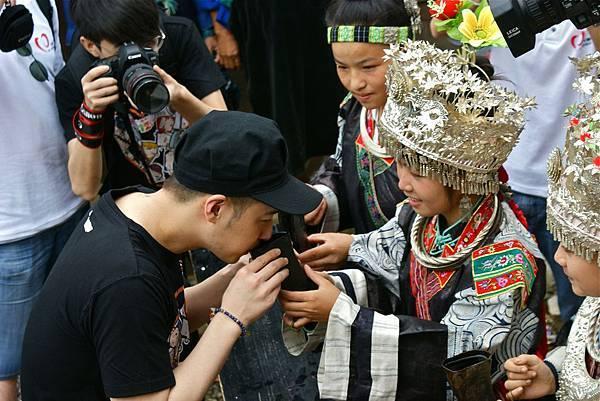 潘瑋柏接受苗族小朋友的迎賓儀式