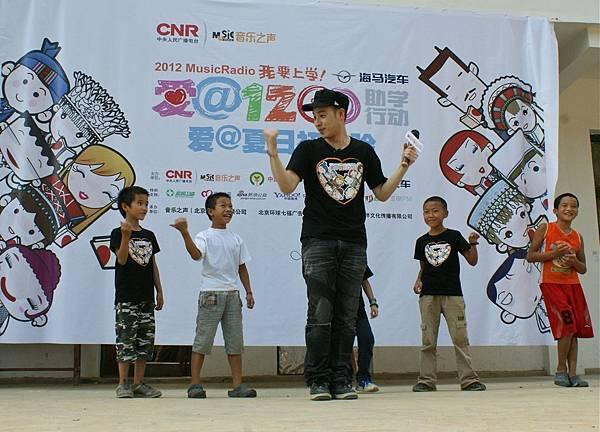 潘瑋柏教小朋友跳起街舞
