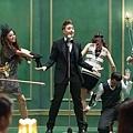 瑋柏和舞群們穿上超復古風的打扮
