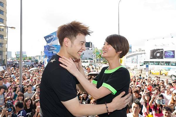 潘帥&丞琳相互擁抱打氣