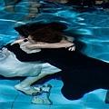 潘瑋柏、許瑋甯兩人獻出彼此的水中處女秀,在水中深情相擁抱