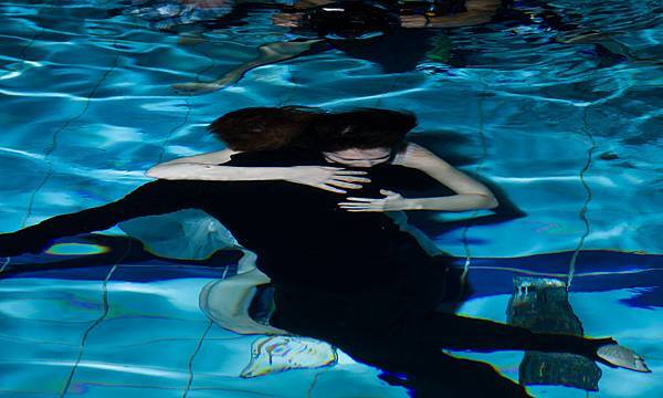 潘瑋柏、許瑋甯挑戰水中張眼 深情擁抱3小時