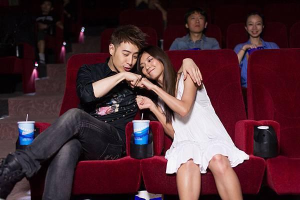 拍攝MV導演特別安排潘瑋柏、豆花妹甜蜜擁抱看電影