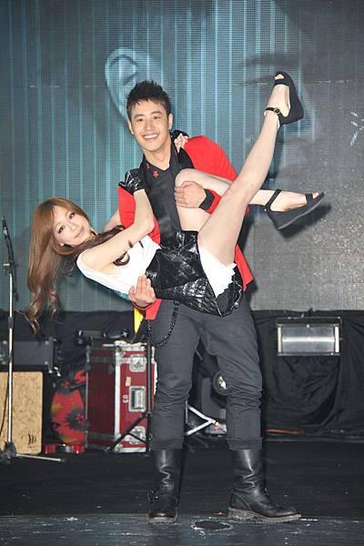 潘瑋柏「專屬於你」慶功演唱會 王心凌擔任嘉賓 雙人華麗熱舞