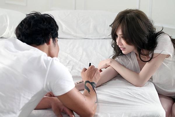 王心凌「變成陌生人」MV中,和男主角的情感的畫面