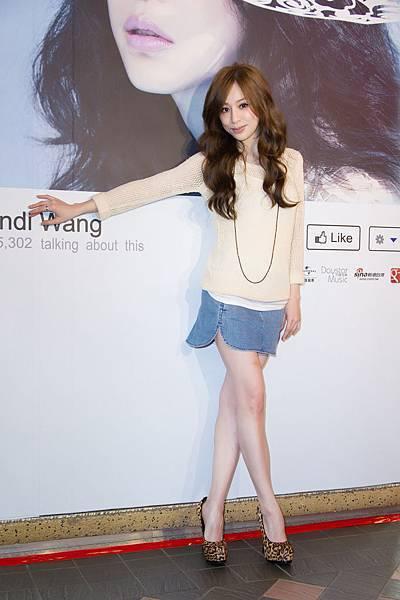 不畏重感冒王心凌短裙亮麗出席 新歌iTunes上線數小時衝第3名  數位榜奪冠