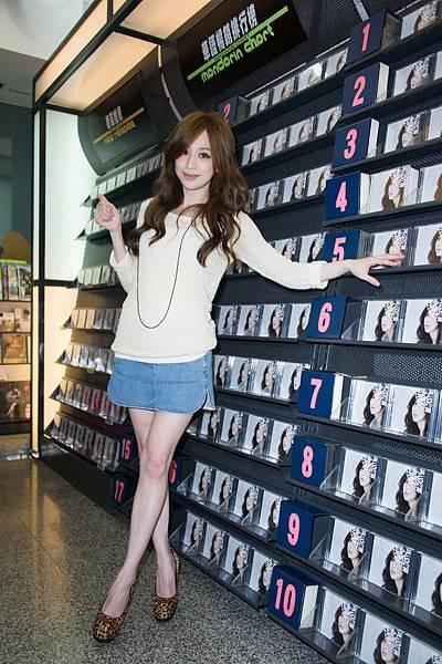 王心凌2012專輯「愛不愛」預購首簽會11月30日全面發行