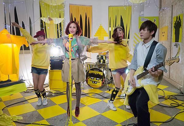 梁文音穿上色彩繽紛的搖滾新裝,用音樂舞蹈傳達不一樣的成人童話