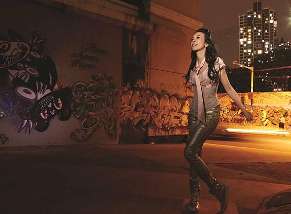 """莫文蔚前往上海著名藝文區""""莫干山路的藝術村"""",在著名的塗鴉牆區取景"""