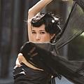 莫文蔚輕舞著衣衫,立刻呈現優美姿態,架式十足